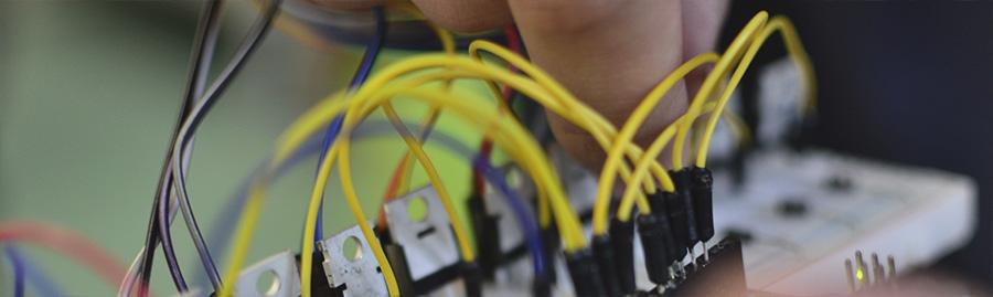 Eine Hand steckt Kabel zur Verbindung eines elektrischen Geräts